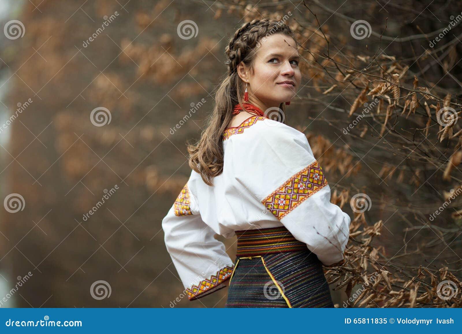 新娘�yg�_当地刺绣衣服的美丽的乌克兰新娘在backg