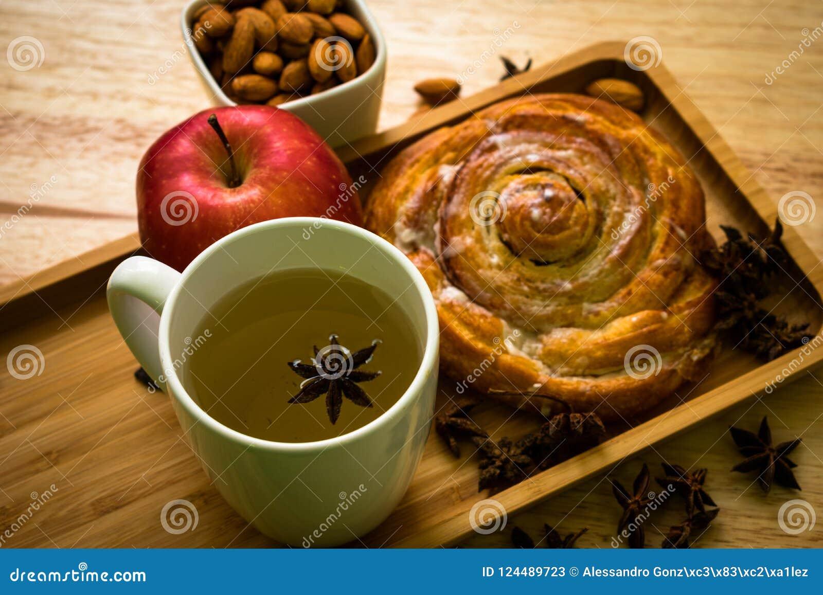 Backgroud de madeira da maçã e do chá do café da manhã do rolo de canela