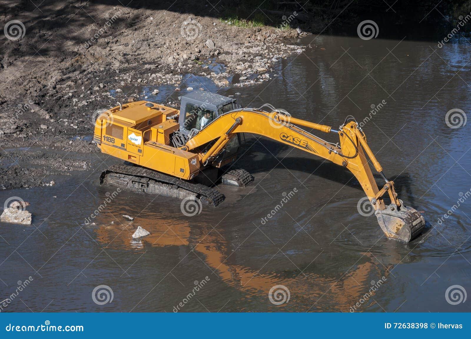 Backhoe работая в реке