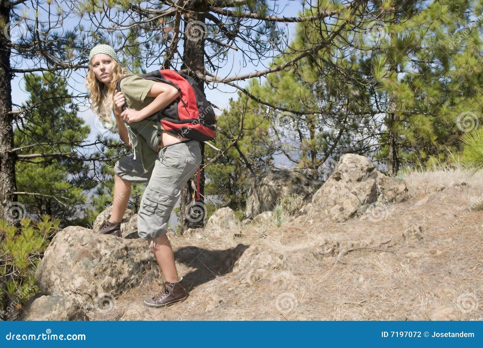 Backpack περπατώντας γυναίκα