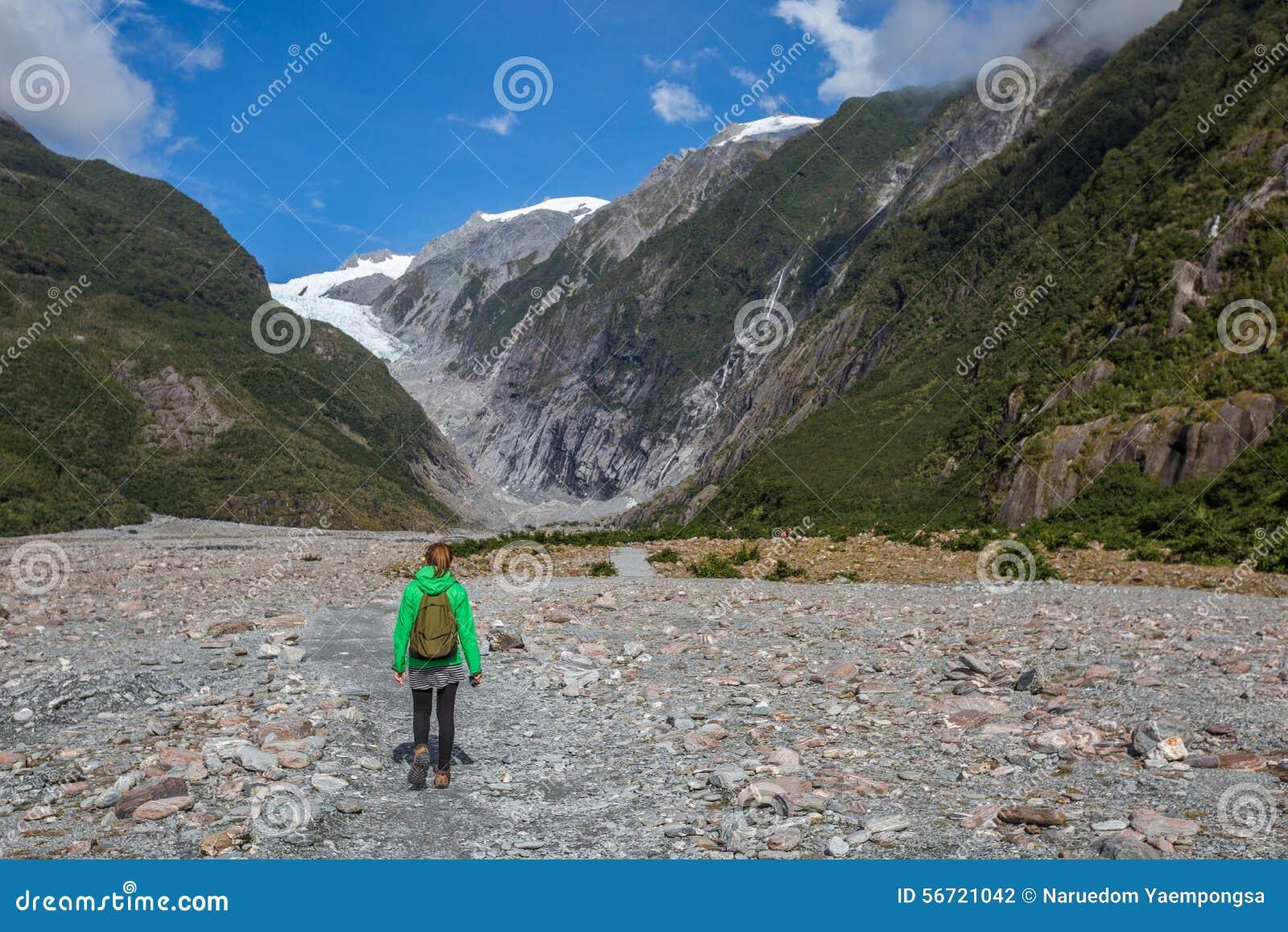 Backpacker de la mujer que camina en Franz Josef Glacier