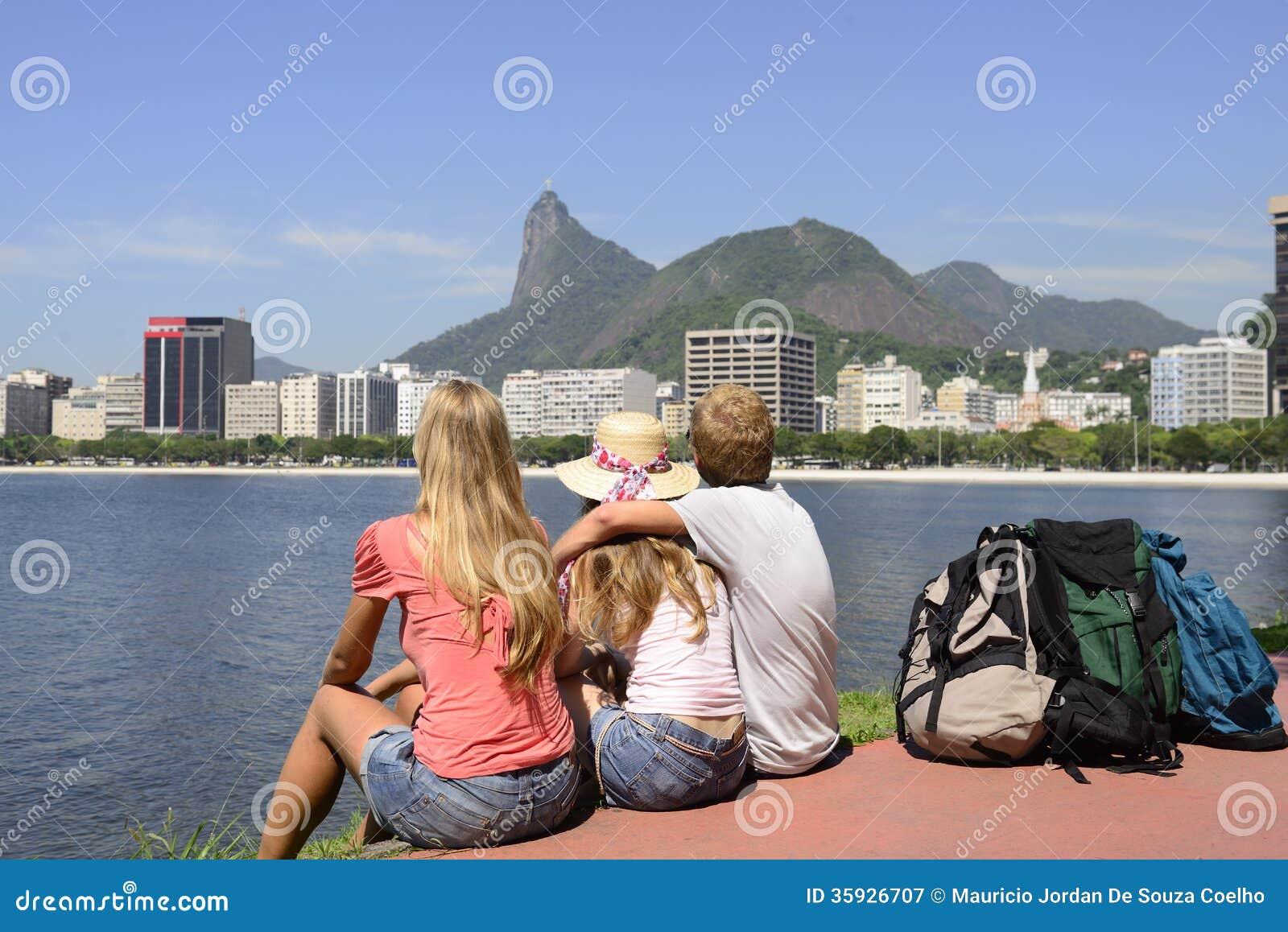 Backpackers turyści patrzeje Chrystus w Rio De Janeiro odkupiciel.