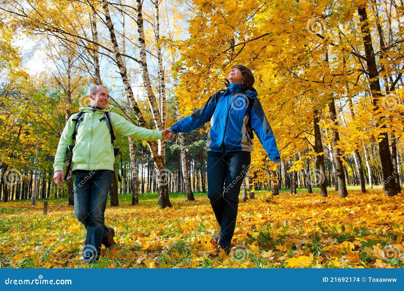Backpacks соединяют счастливых детенышей парка