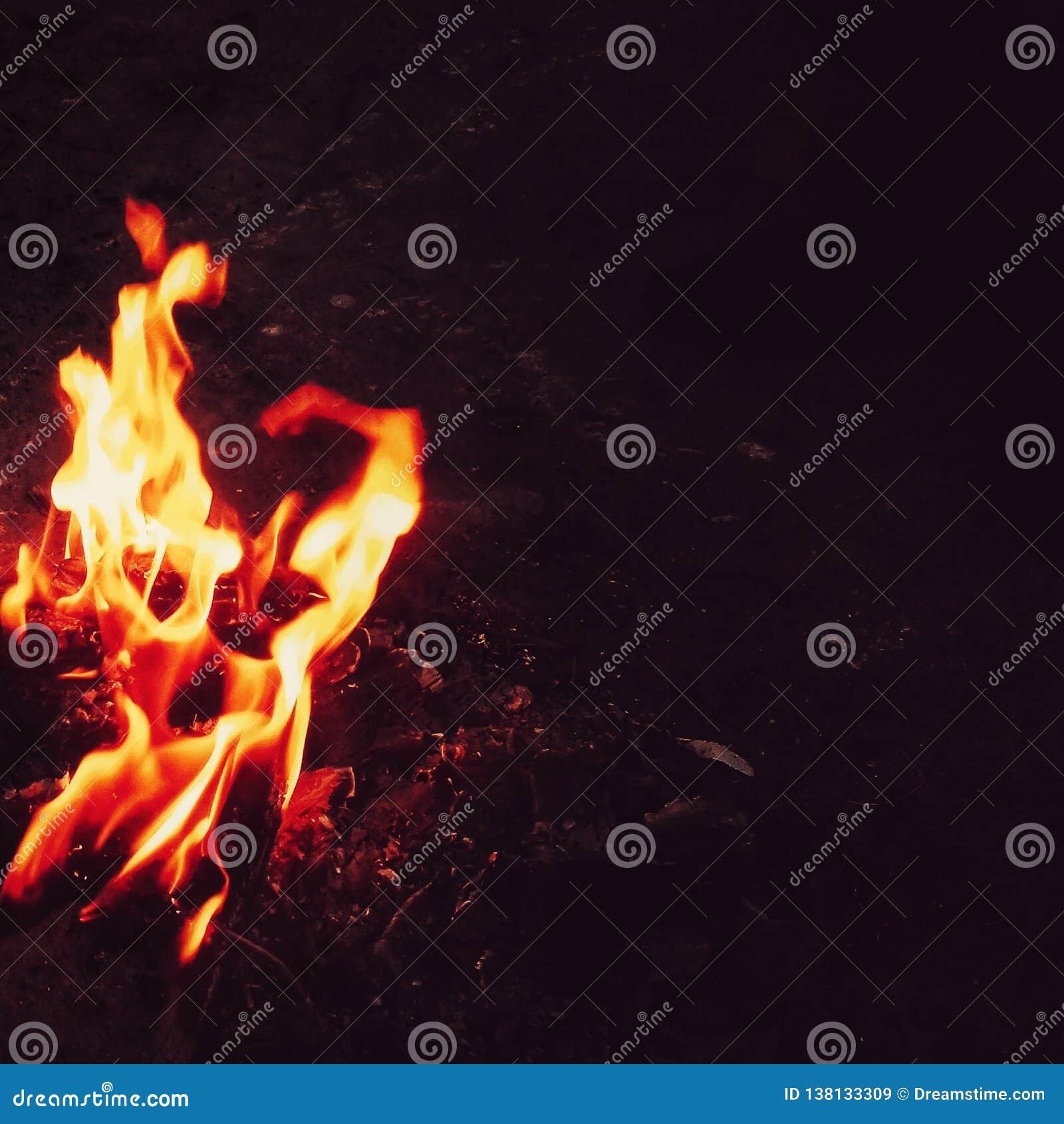 Backround noir de flammes lumineuses du feu