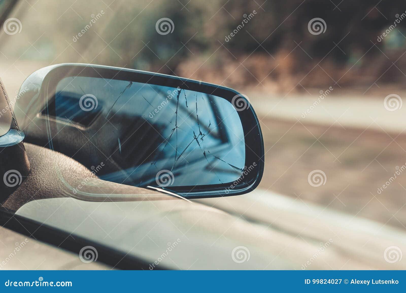 Backspegel av bilen tonat foto