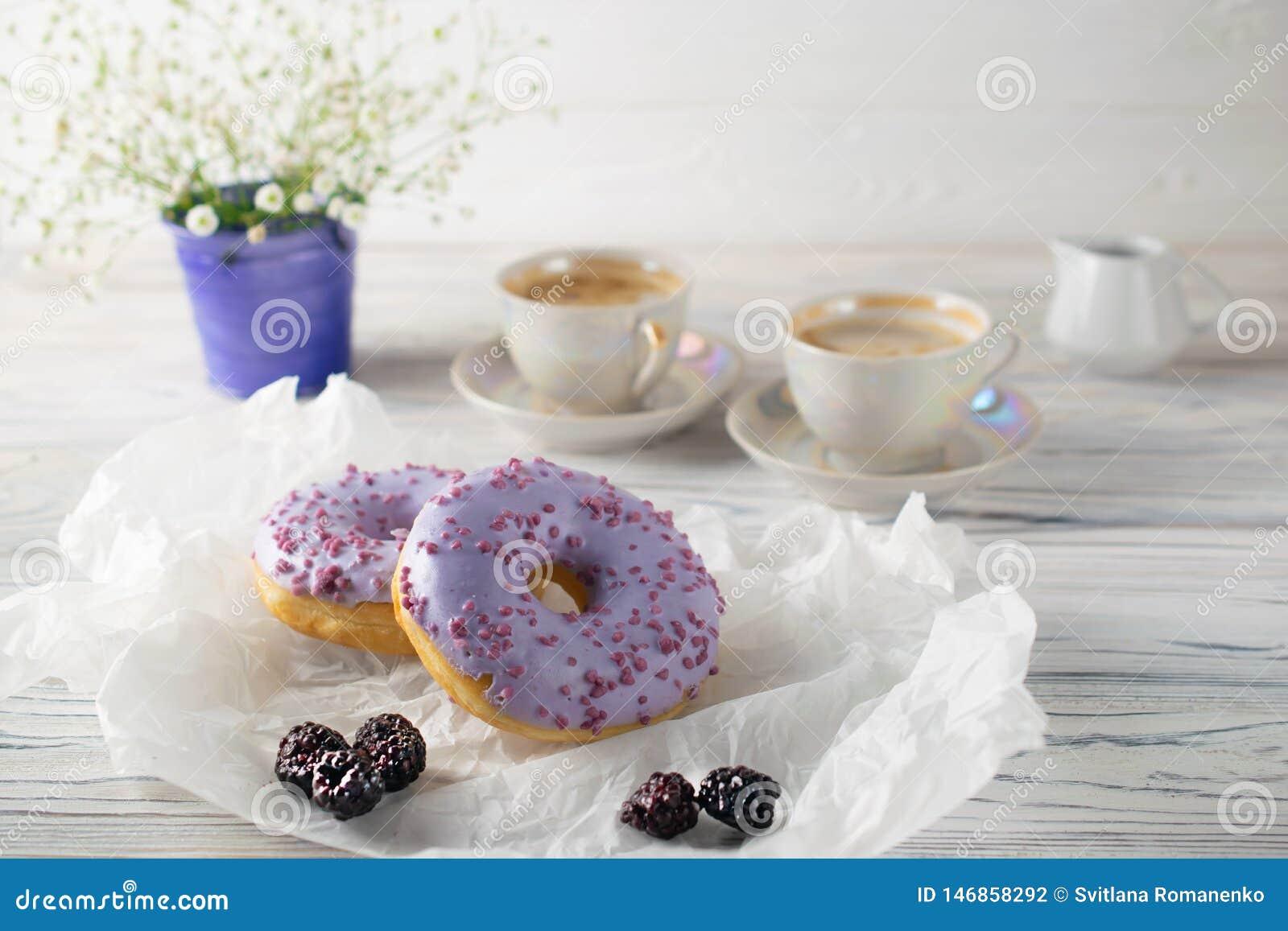 Backte frisch Brombeerschaumgummiringe mit Kaffee und Creme, Morgenfrühstückseinstellung