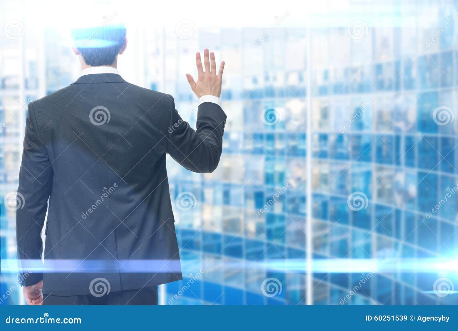 Backview av den vinkande handen för affärsman