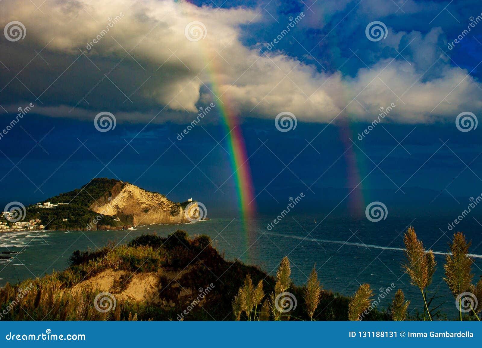 Bacoli, Capo Miseno door de regenboog wordt ingesloten die