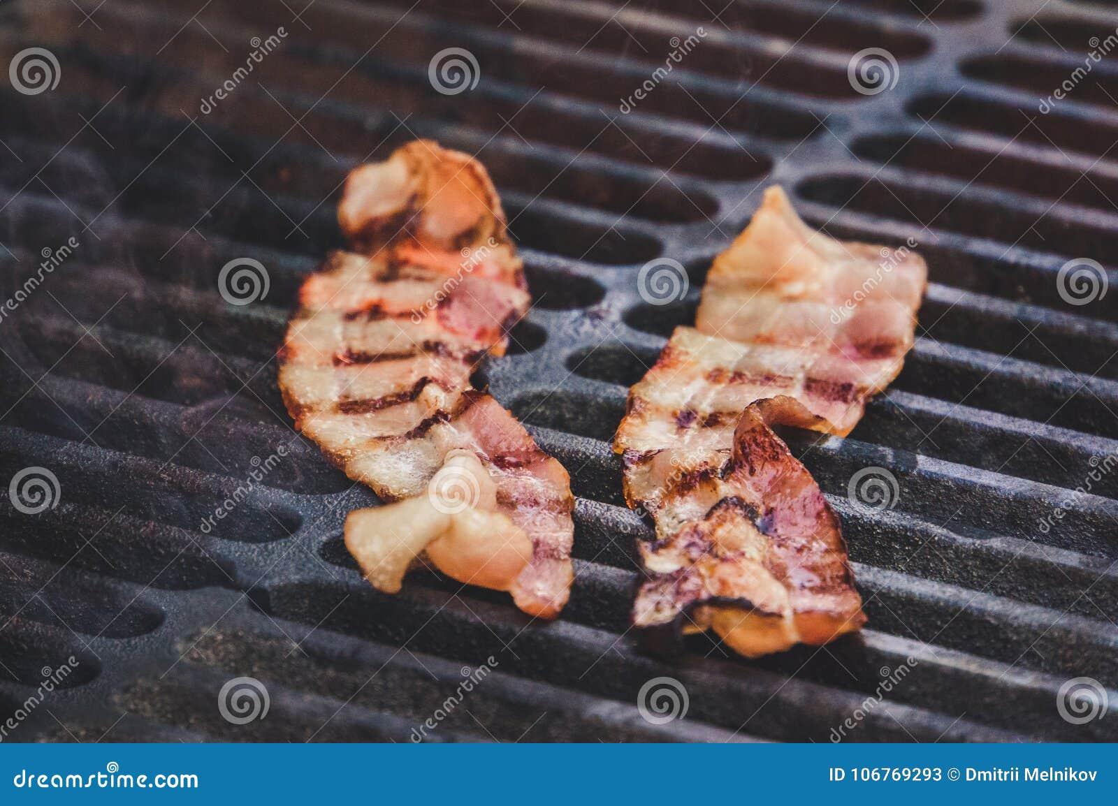 Bacon affumicato del hickory sulla griglia