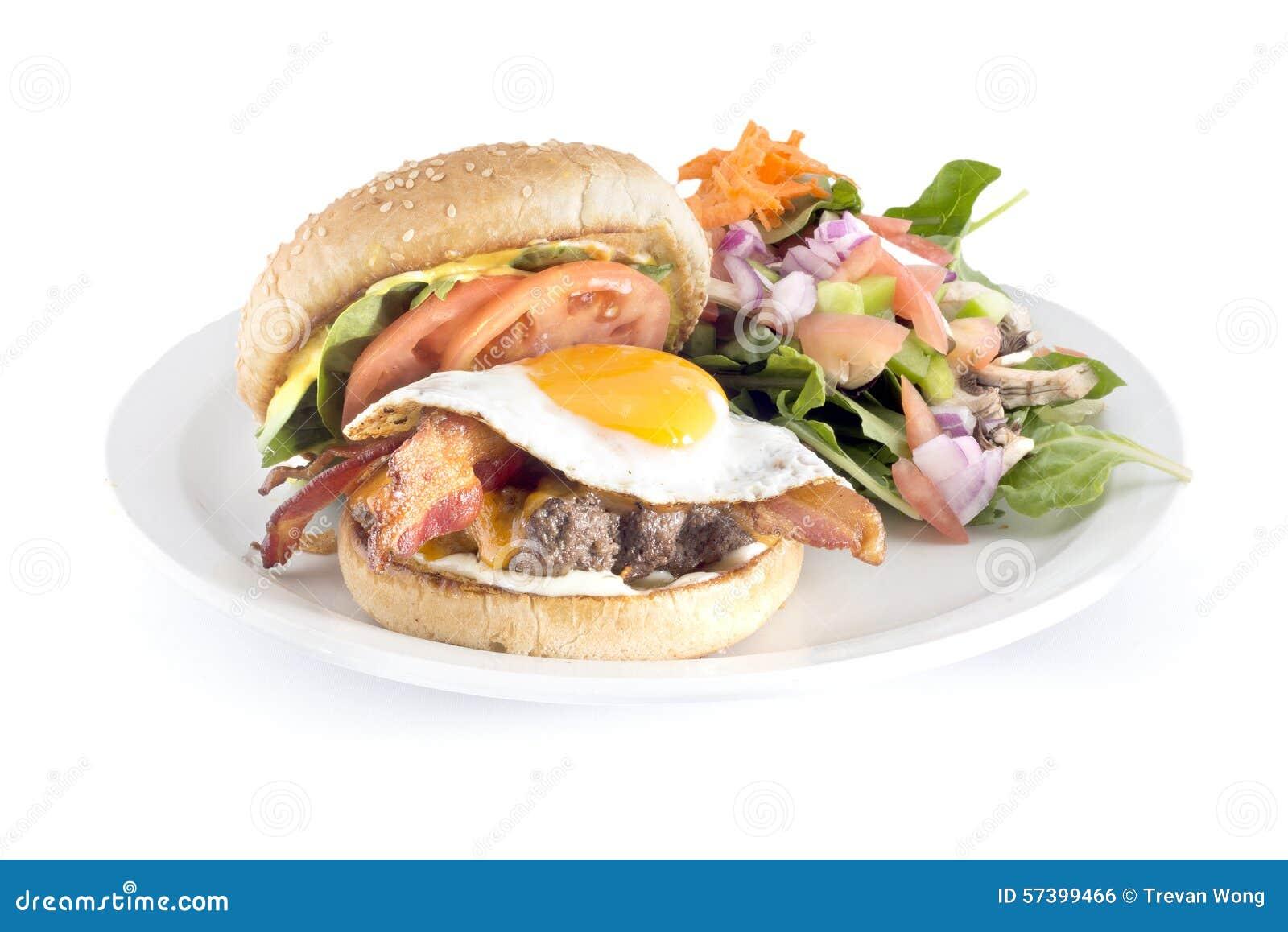 Bacon en eihamburger en salade