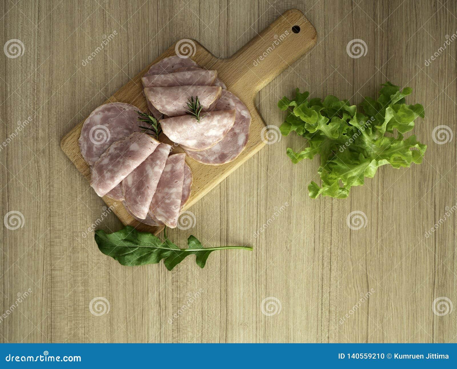 Bacon på en rund skärbräda