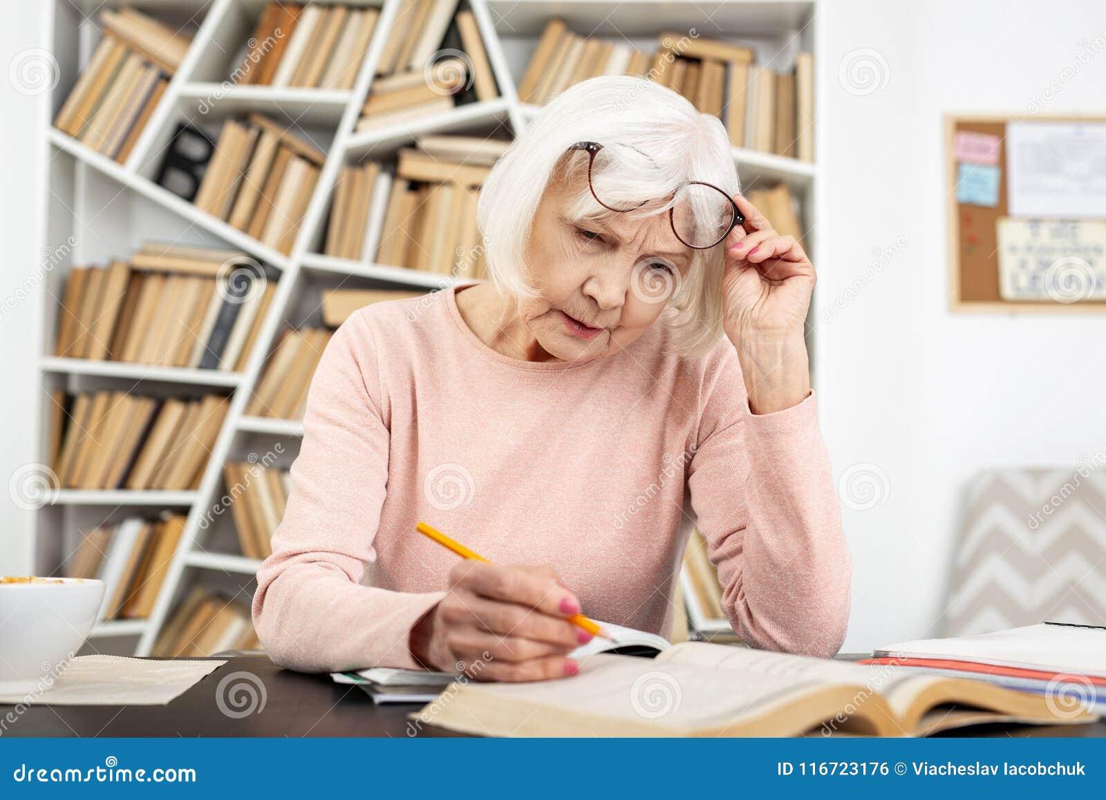 Baczna starsza kobieta ma kłopot w nauce