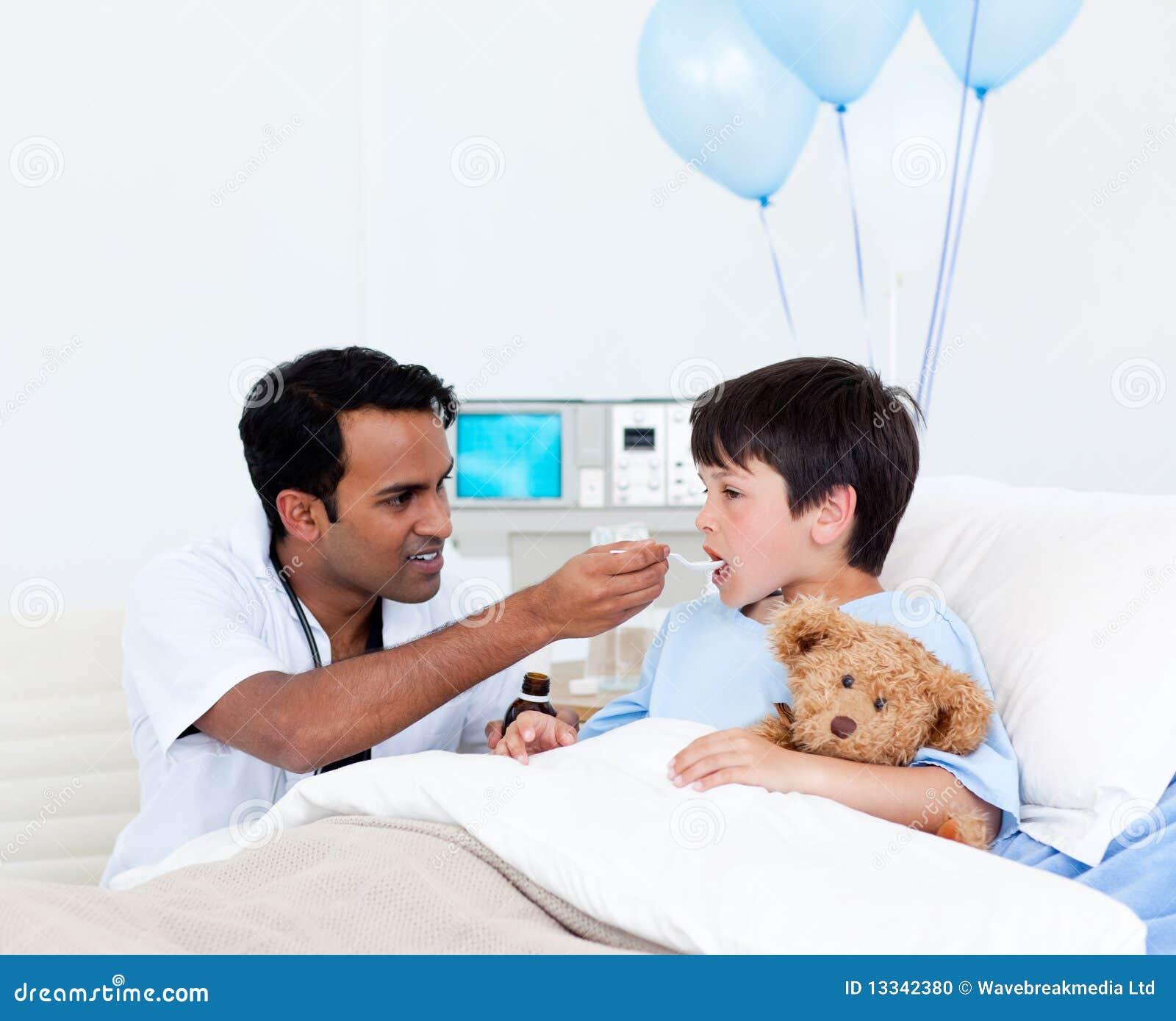 Bacznej chłopiec doktorska daje mała medycyna