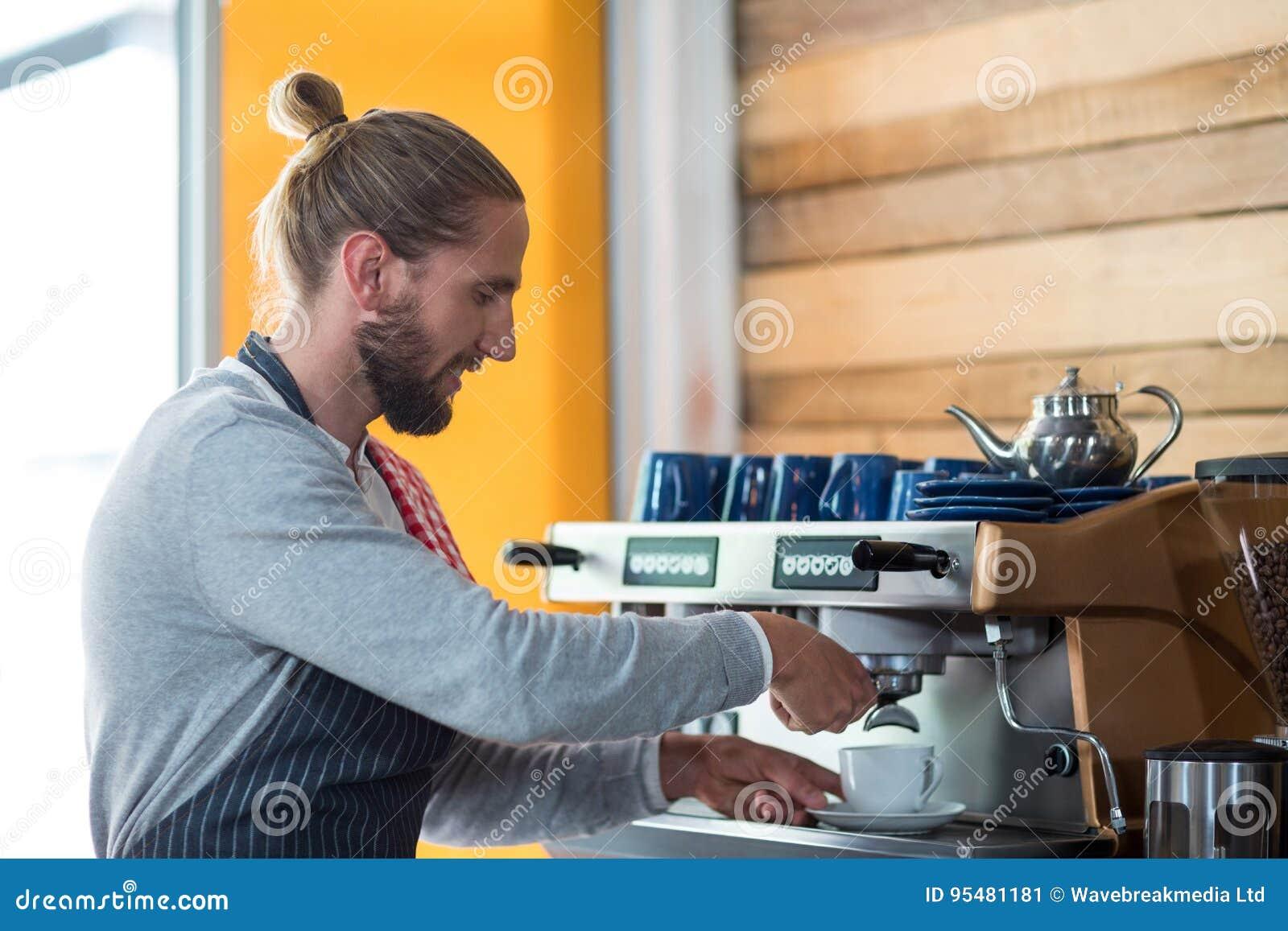 Baczny kelner robi filiżance kawy