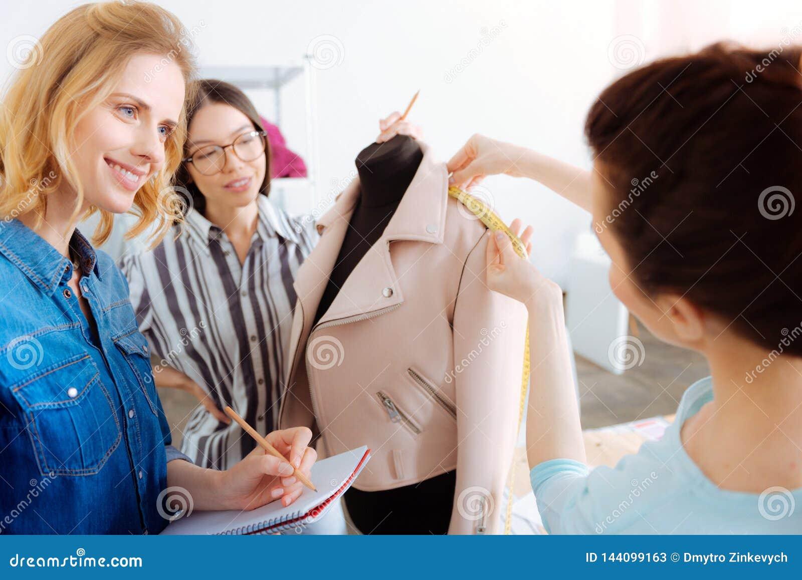 Baczny krawczyna bierze miary na mannequin