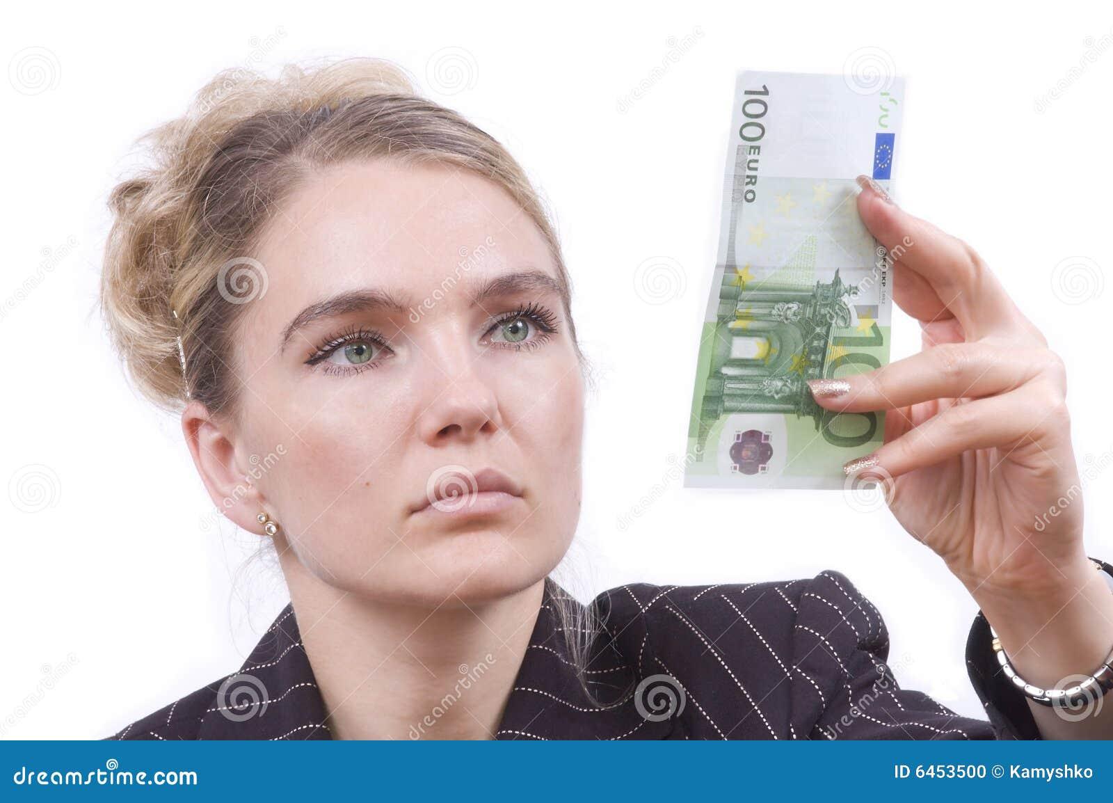 Bada pieniądze młode kobiety