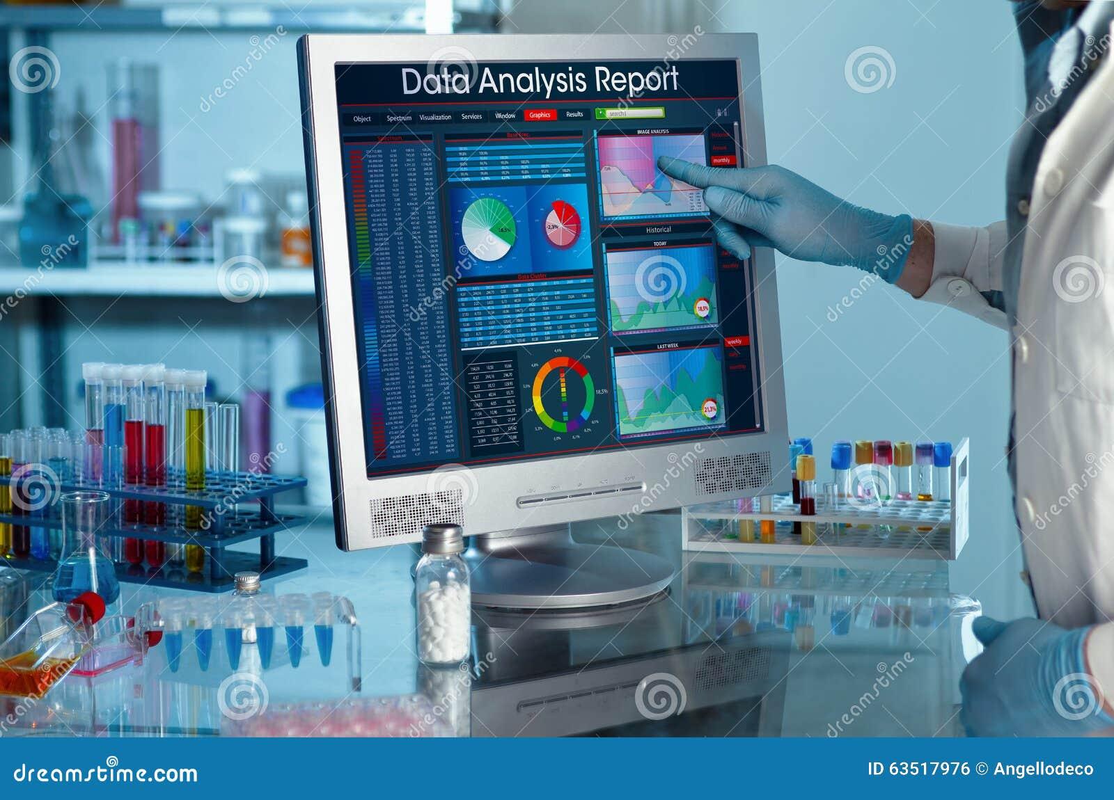 Badacz dotyka ekran raportu badania dane