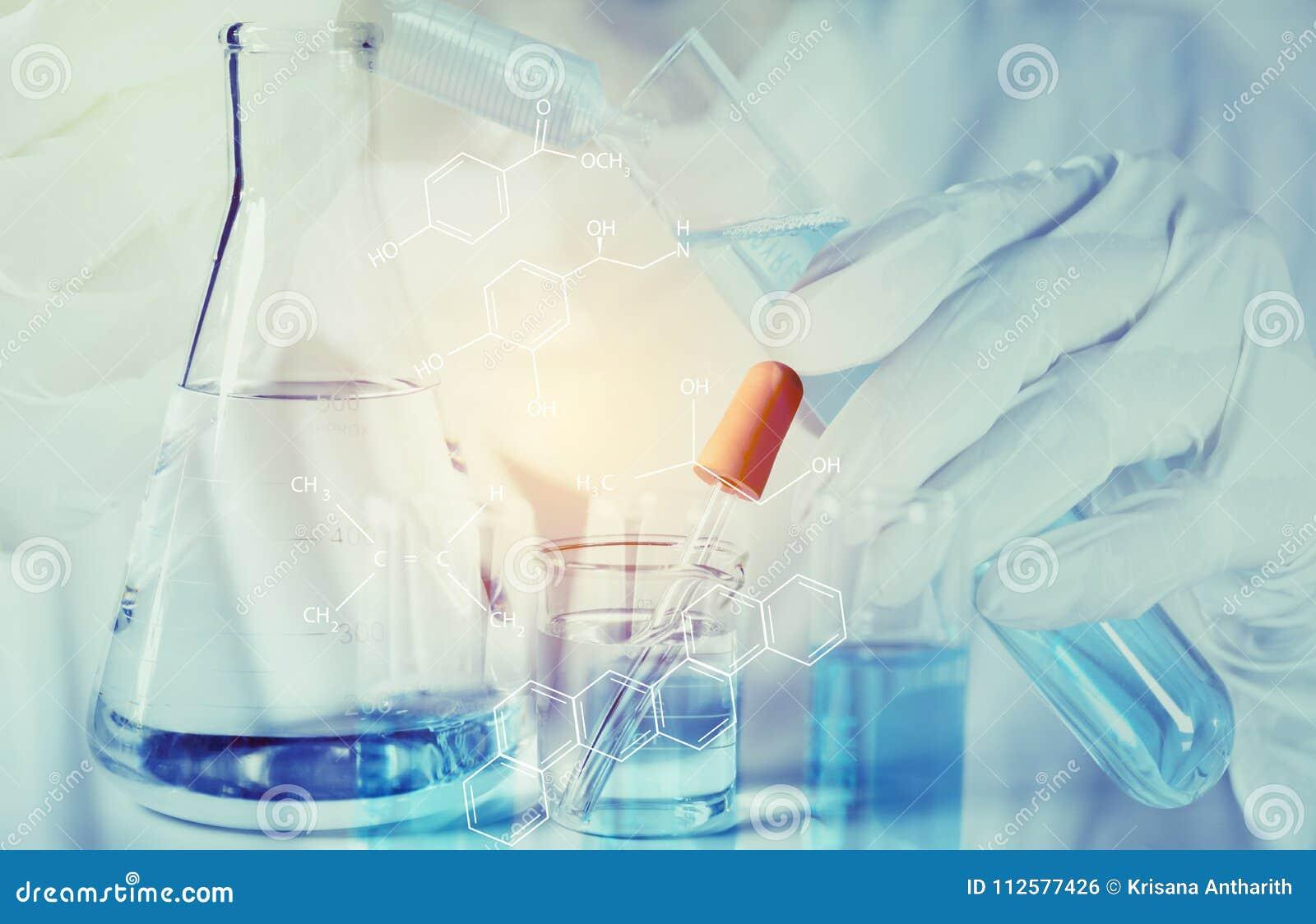 Badacz z szklanymi laboranckimi chemicznymi próbnymi tubkami z cieczem dla analytical, medycznego,