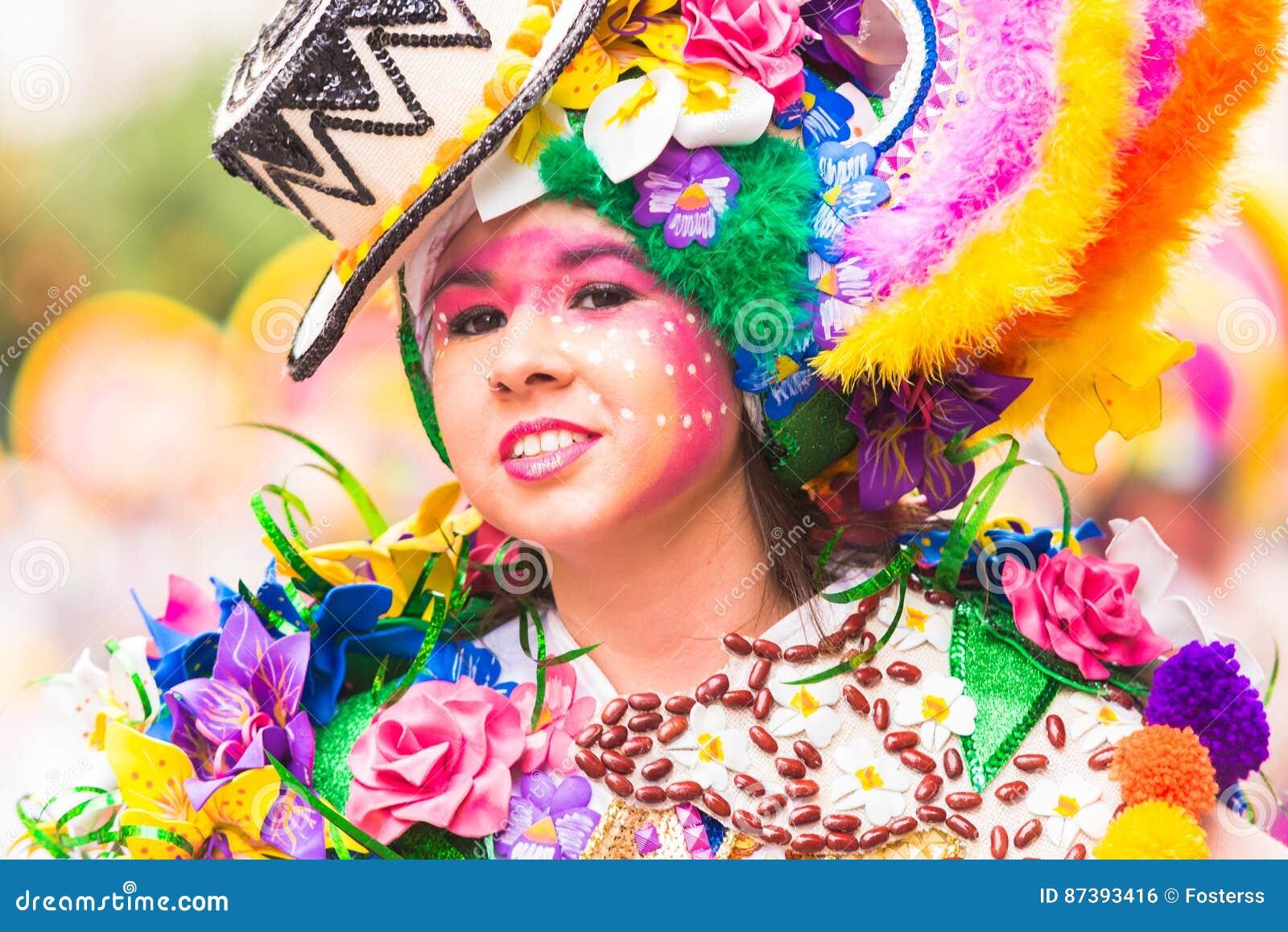 Badajoz, Spanien, Sonntag februar 26 2017 Teilnehmer an bunte Kostüme nehmen an der Karnevalsparade in Badajoz 2017 teil