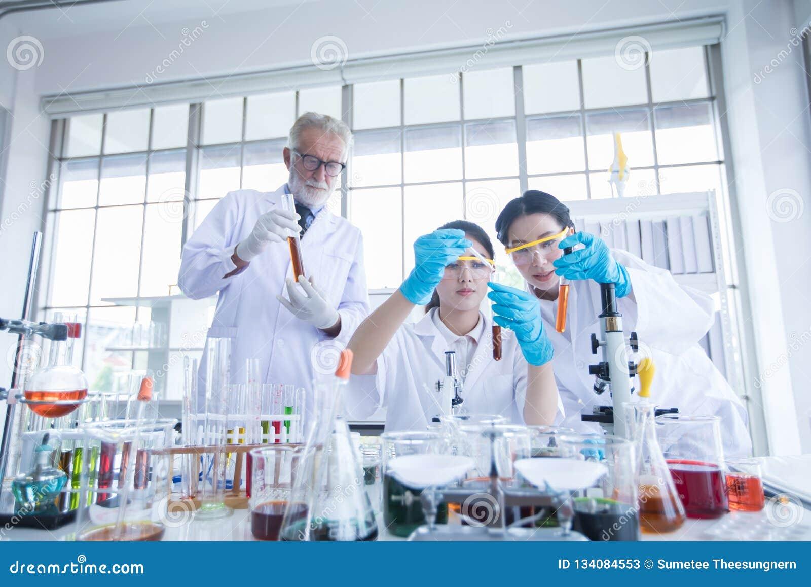 Badania Medyczne i naukowowie pracujemy z mikroskopem, tubki, mikropipeta i analiza rezultaty w a pastylki i Próbnych,