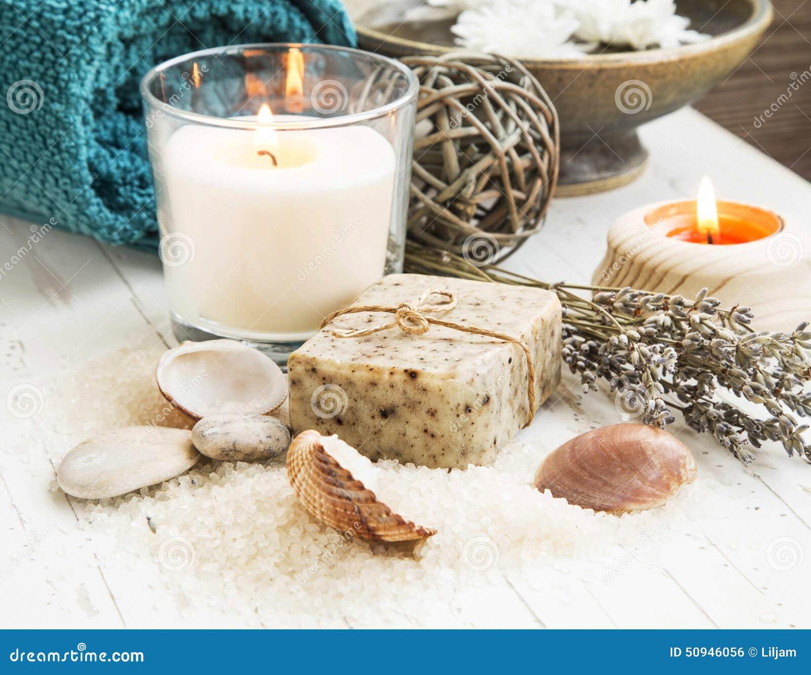 Badekurort-Muscheln, die mit natürlicher Seife und Kerze einstellen