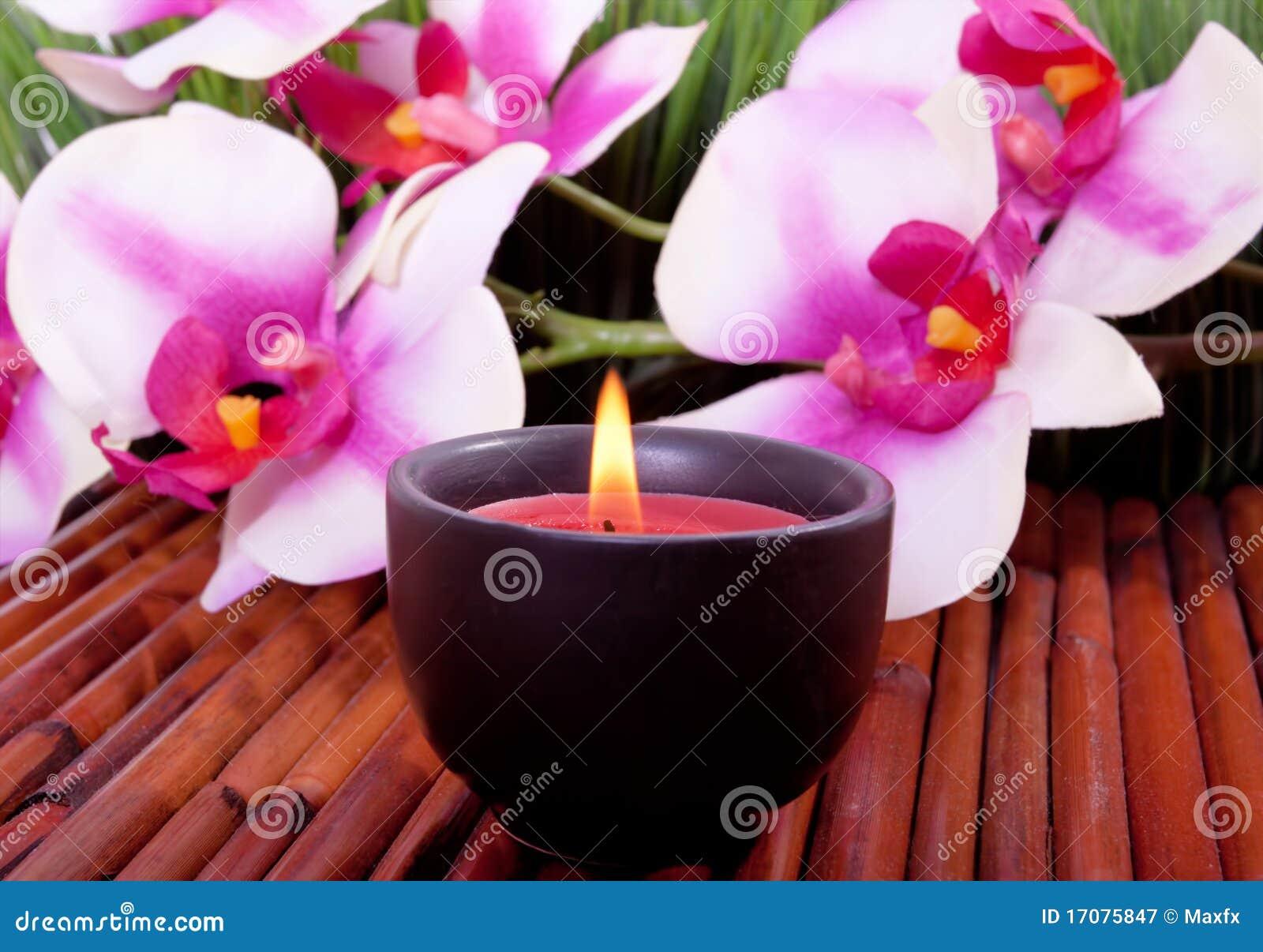 Badekurortkerze und Orchideeblume für aromatherapy