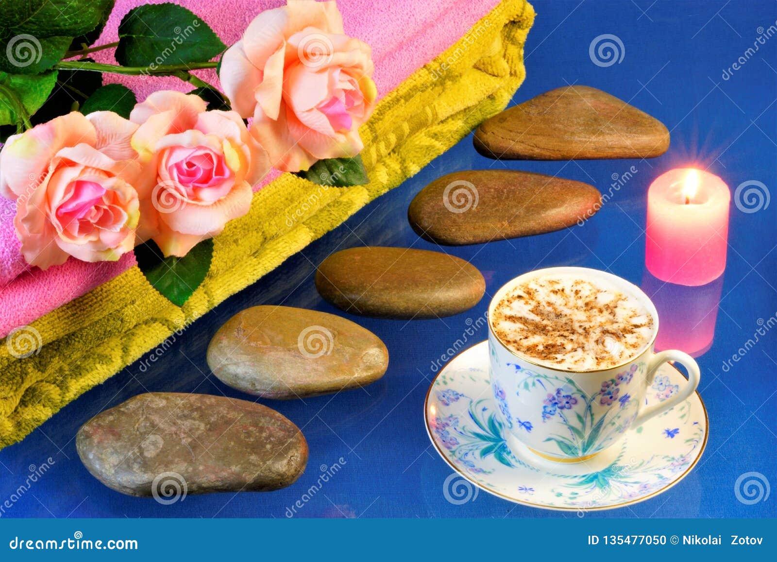 Badekurortsteine, schöne Rosen, Kerze und Kaffee Heiße Steinmassagesteintherapie, effektive Behandlung für viele Krankheiten Auf
