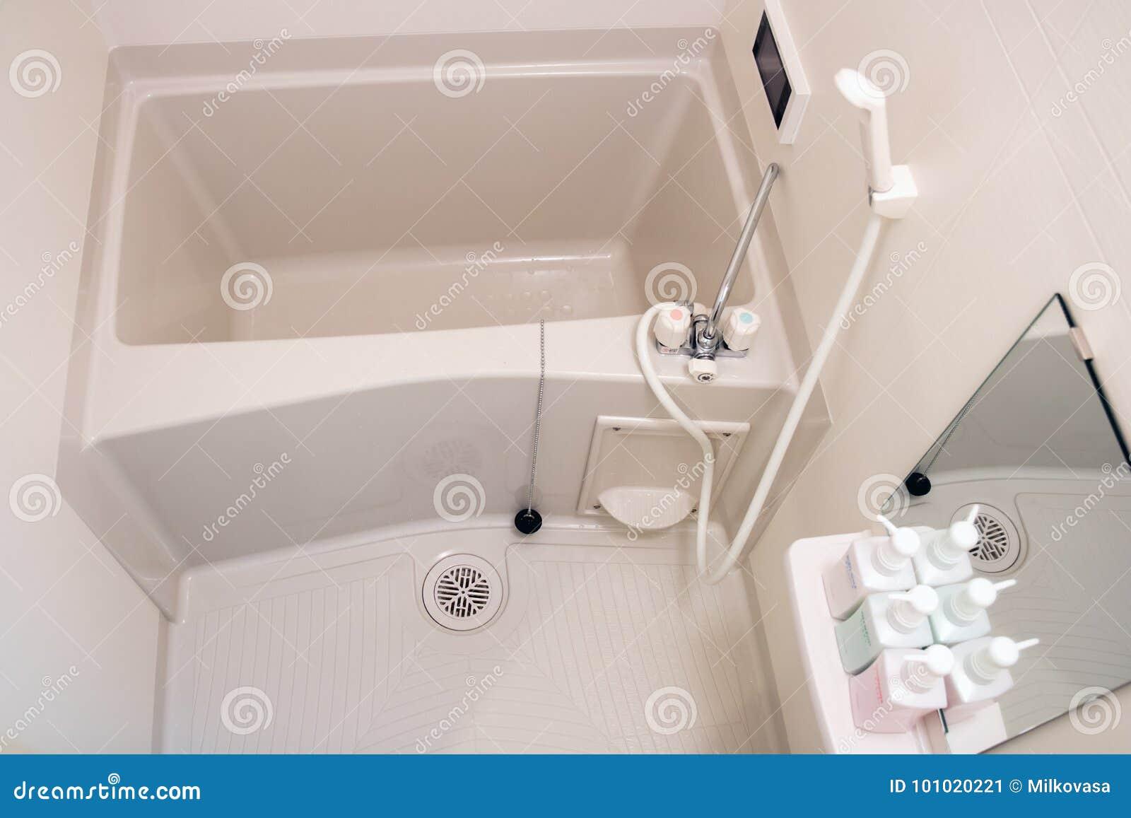 Badewanne In Einem Kleinen Badezimmer Stockbild Bild Von Bequem