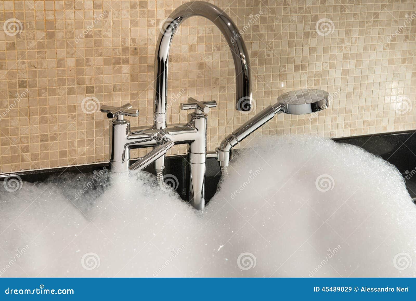 badewanne voll des schaum- und chromhahns stockfoto - bild: 45489029, Hause ideen