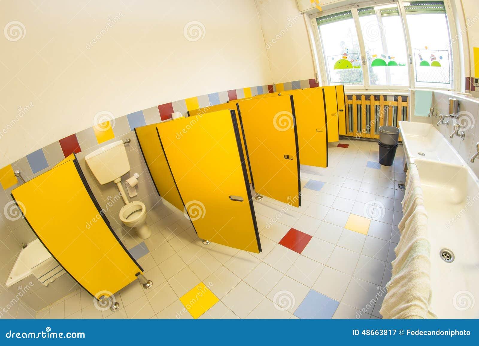 badezimmer einer schule für kinder stockfoto - bild: 48663817, Badezimmer
