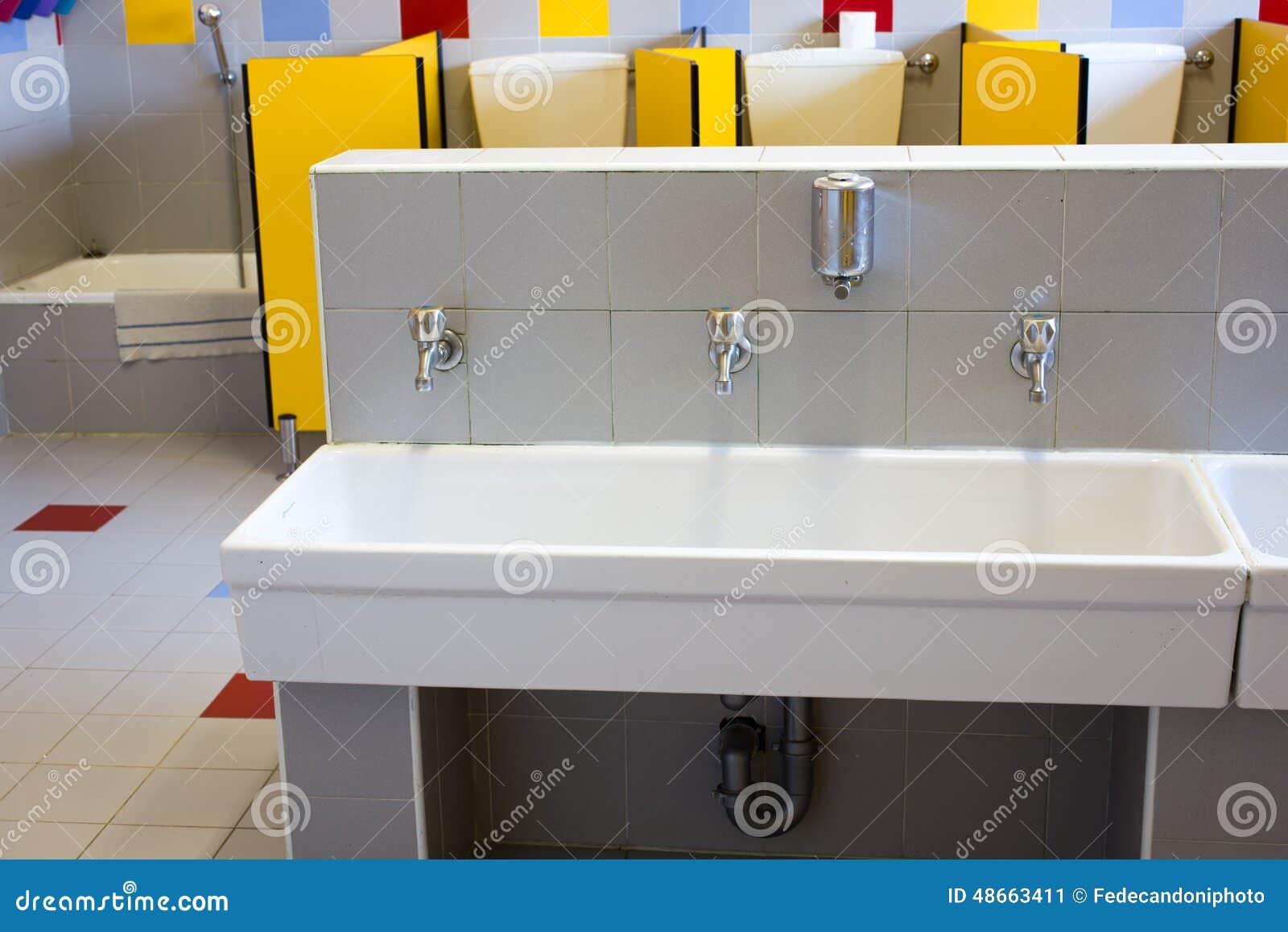 Badezimmer Einer Schule Fur Kinder Mit Niedrigen Keramischen Wannen