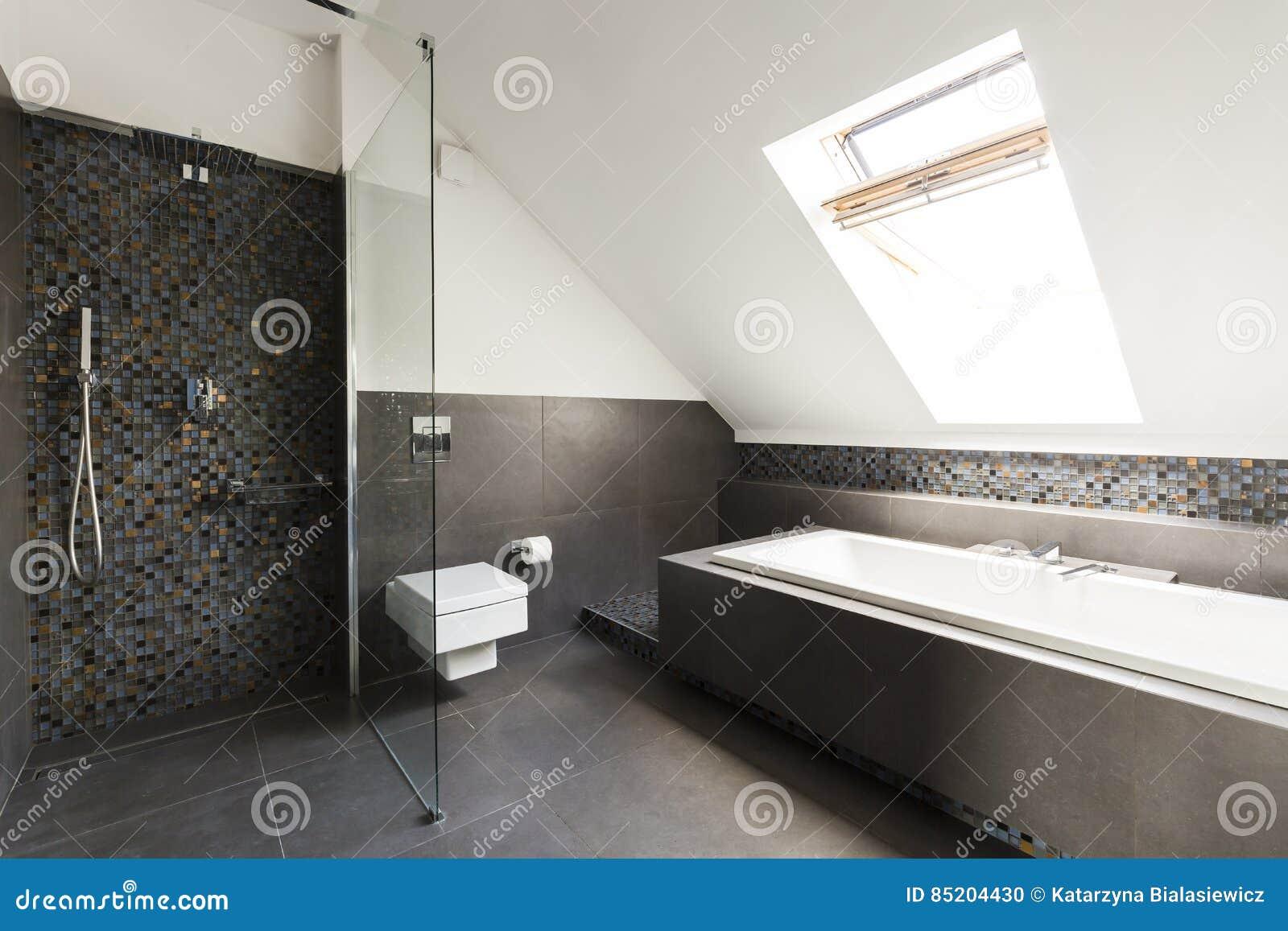 Badezimmer Im Dachboden Stockfoto Bild Von Leuchte Dekoration 85204430