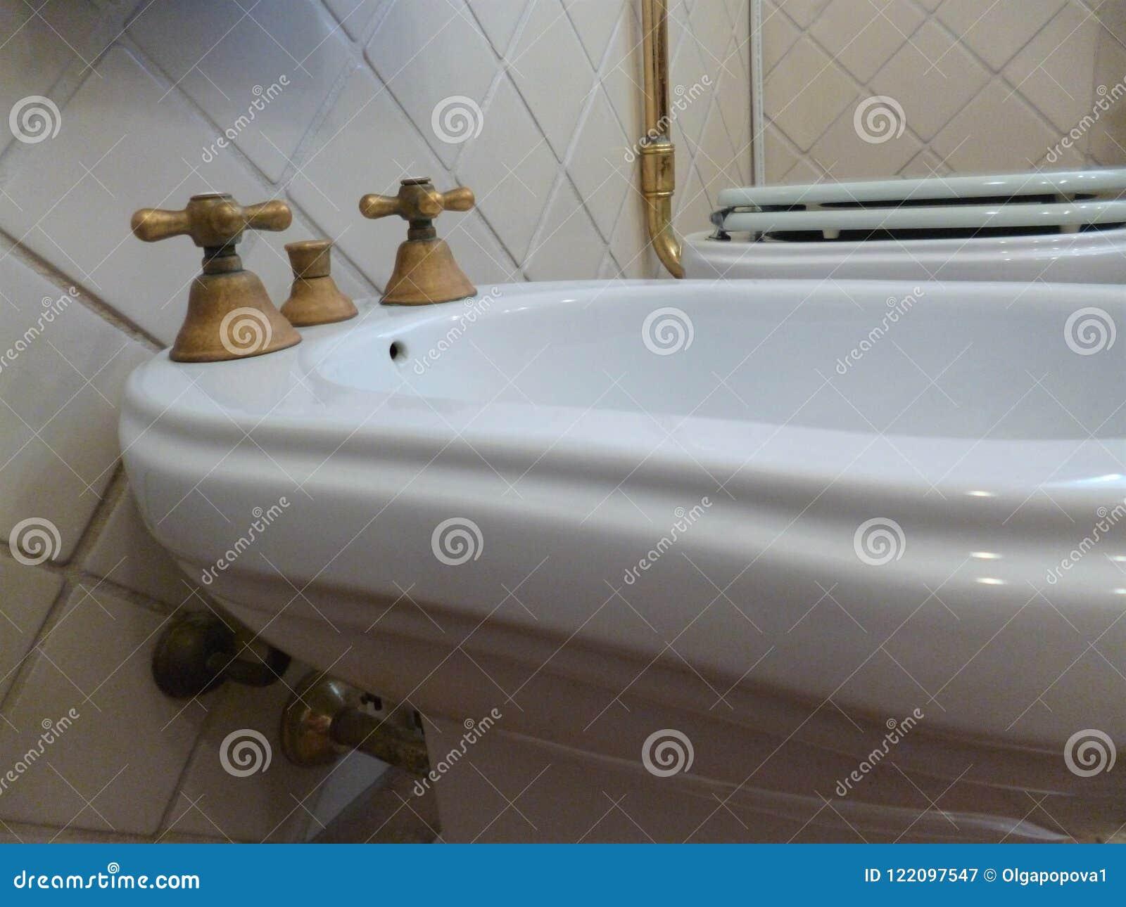Badezimmer Im Retrostil Bidethahn Traditionelle Und Einzigartige