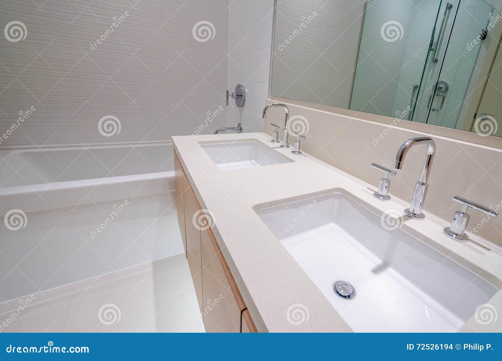 Wunderbar Badezimmer Badewanne Sammlung Von Pattern Mit Und Zwei Wannen Stockfoto -