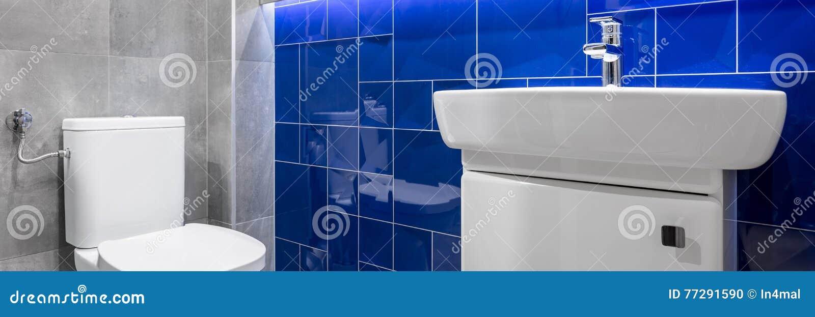 Badezimmer Mit Blauen Glatten Fliesen Stockfoto Bild Von Dusche