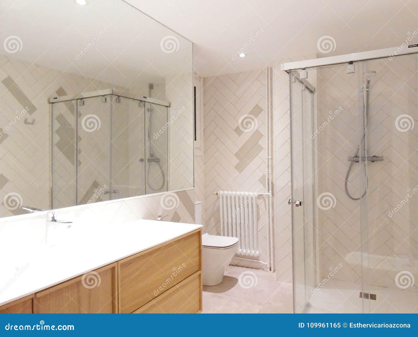 Badezimmer Mit Einem Hölzernen Waschbeckenkabinett Und -wand Mit ...
