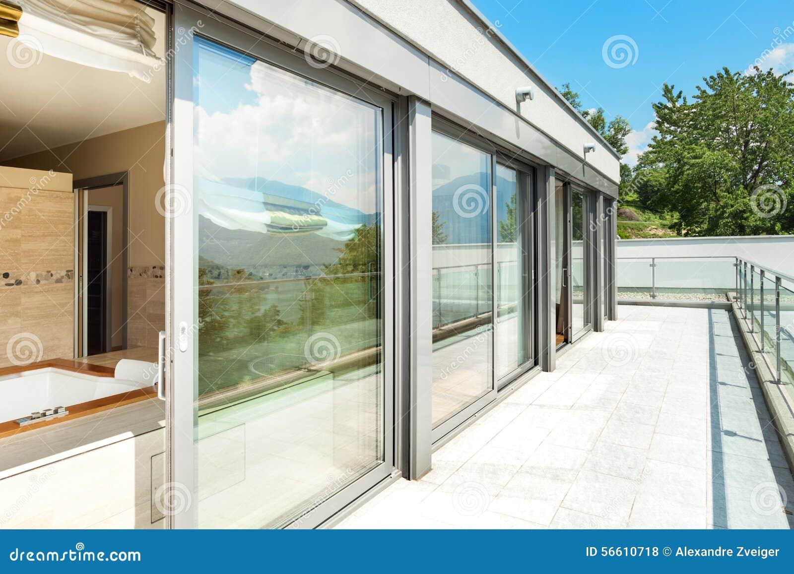 Badezimmer Mit Jacuzzi Von Der Terrasse Stockfoto Bild Von Blau