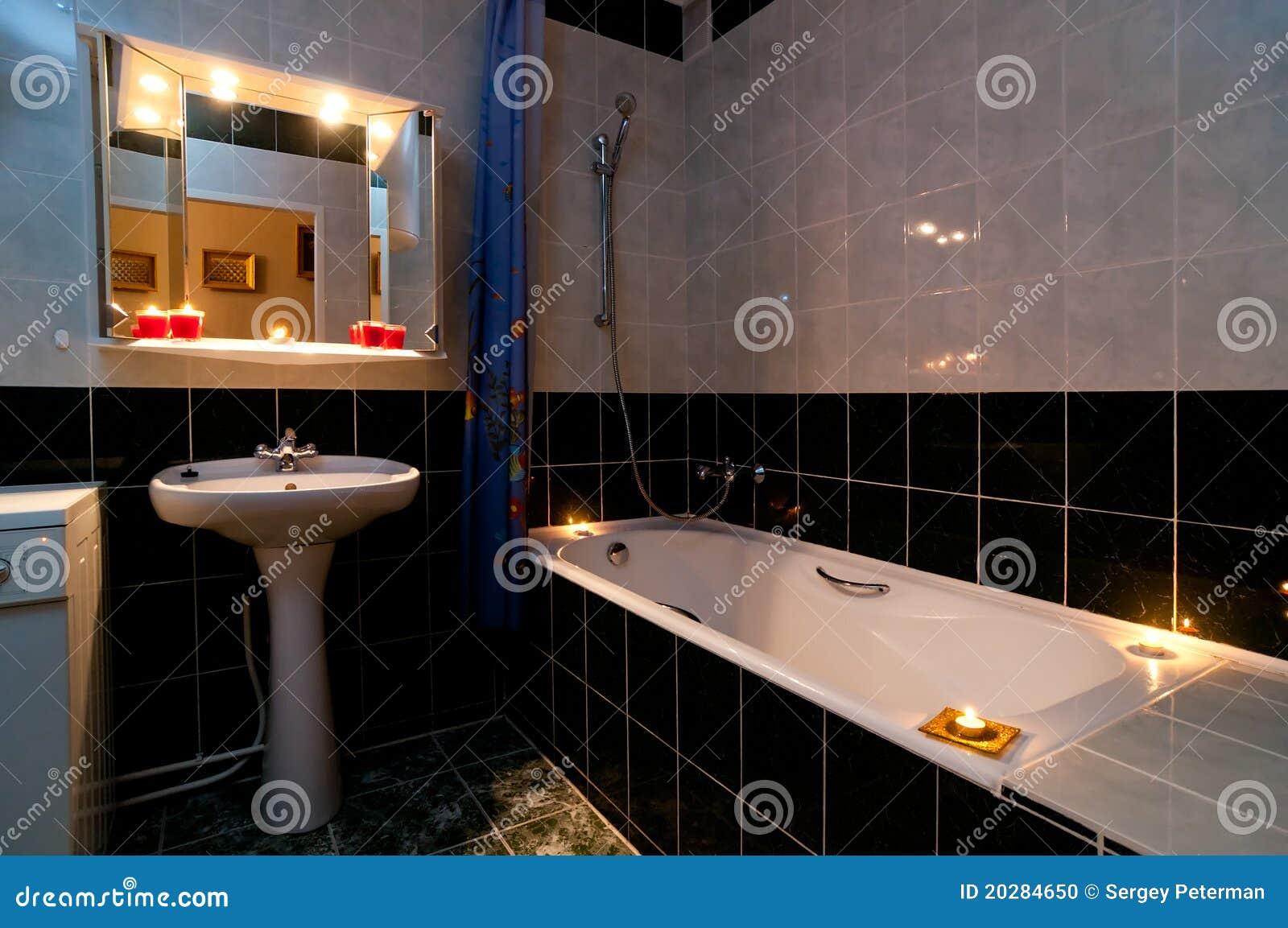 badezimmer mit kerzen stockfoto bild von gl hen bequemlichkeit 20284650. Black Bedroom Furniture Sets. Home Design Ideas