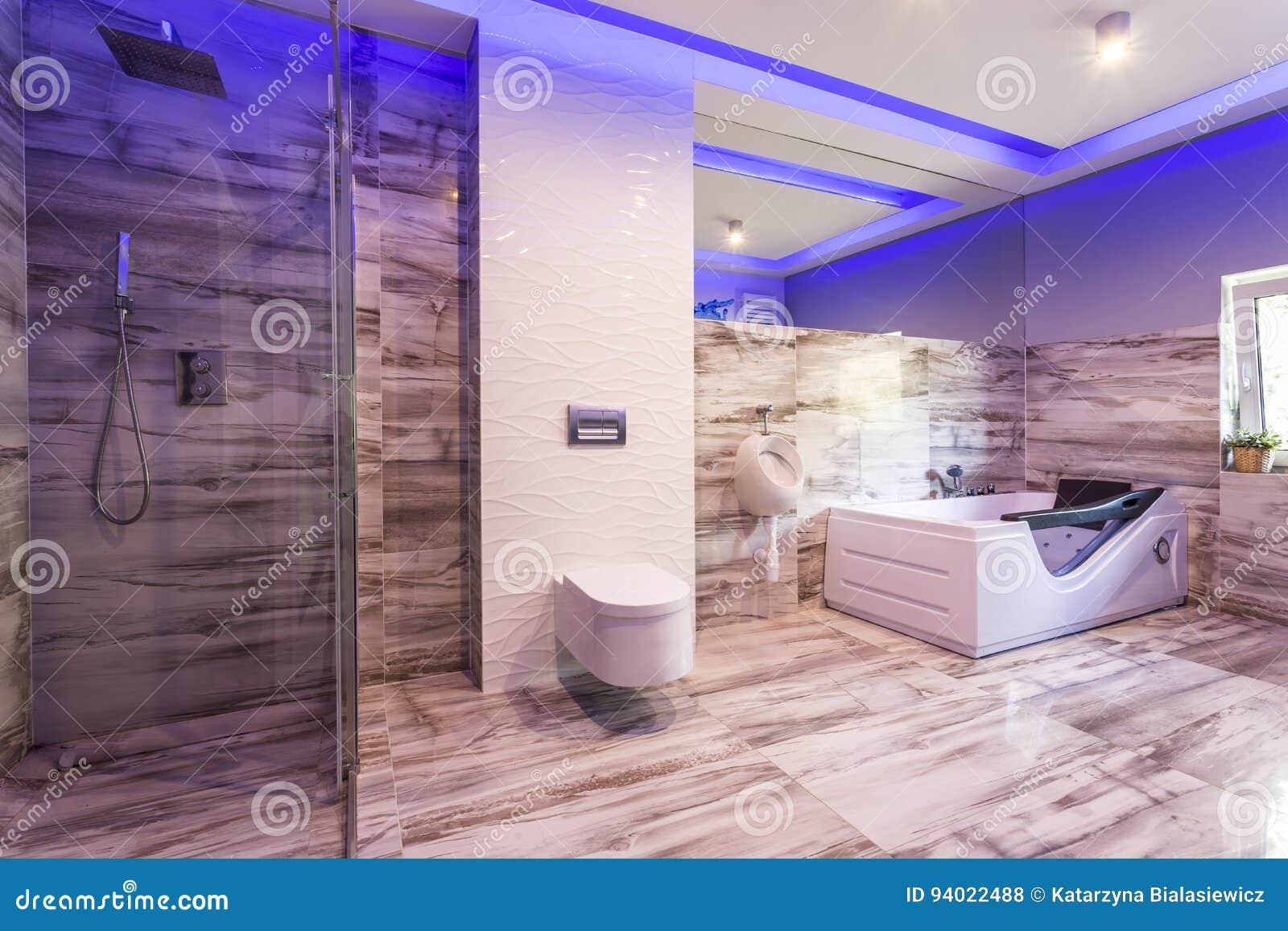 Badezimmer Mit Marmorfliesen Und Glasduschkabine Stockfoto Bild Von Badewanne Stilvoll 94022488