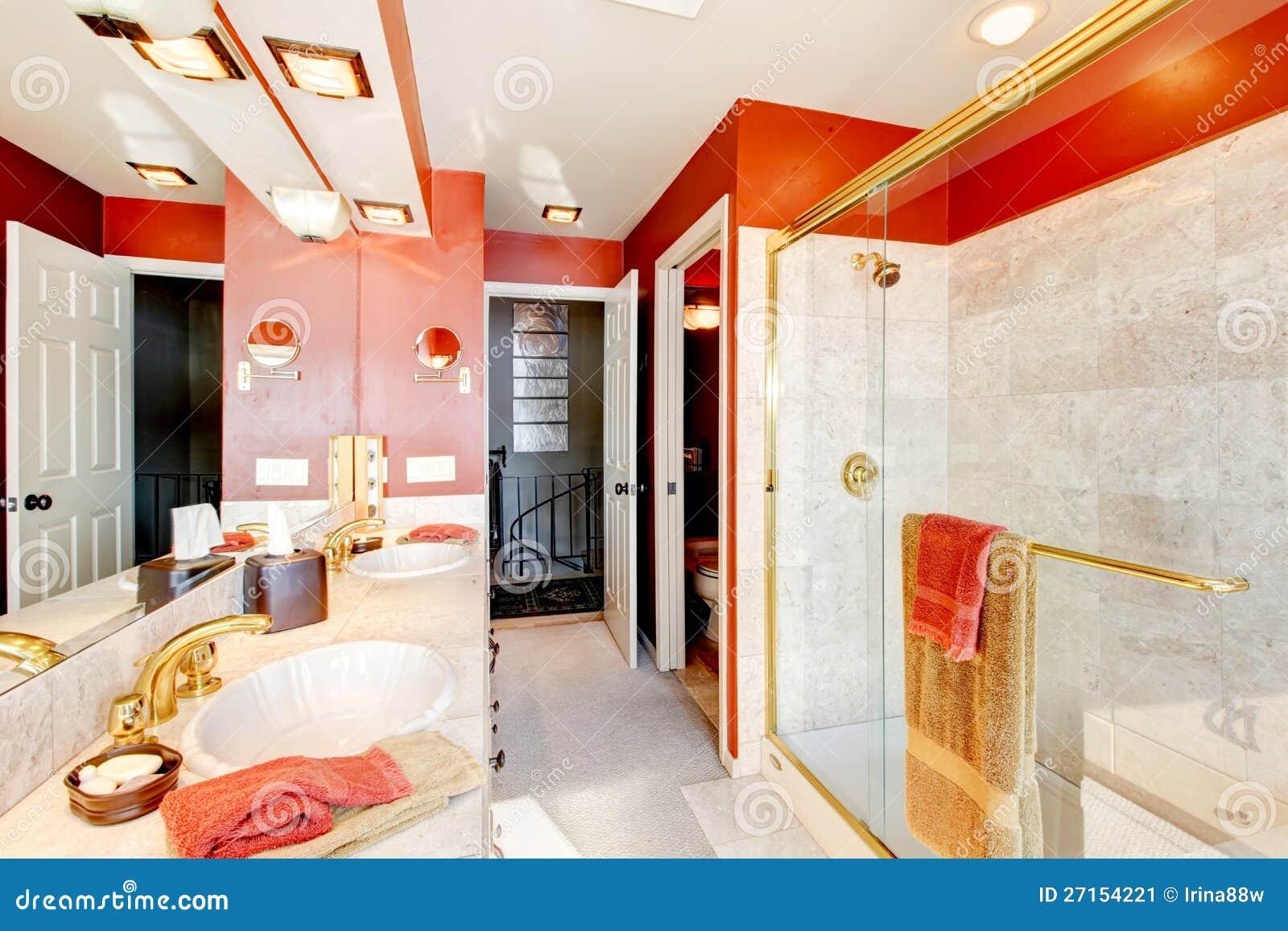 Badezimmer mit roten wänden und walk in dusche. stockbild   bild ...