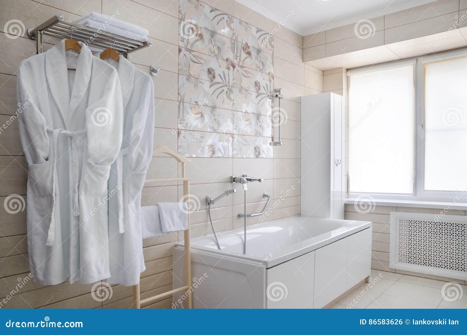 Badezimmer In Warmem Färbt, Mit Einer Toilette, Eine ...