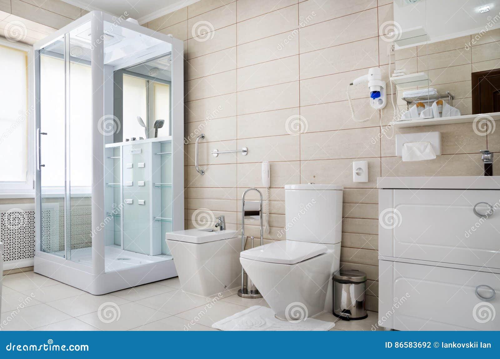 Badezimmer In Warmem Färbt, Mit Einer Toilette, Eine Badewanne, Ein ...