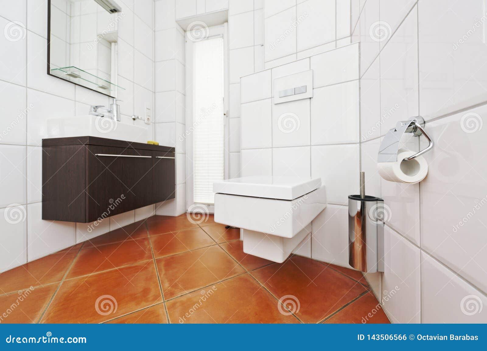 Badezimmerinnenraum in den weißen und braunen Farben