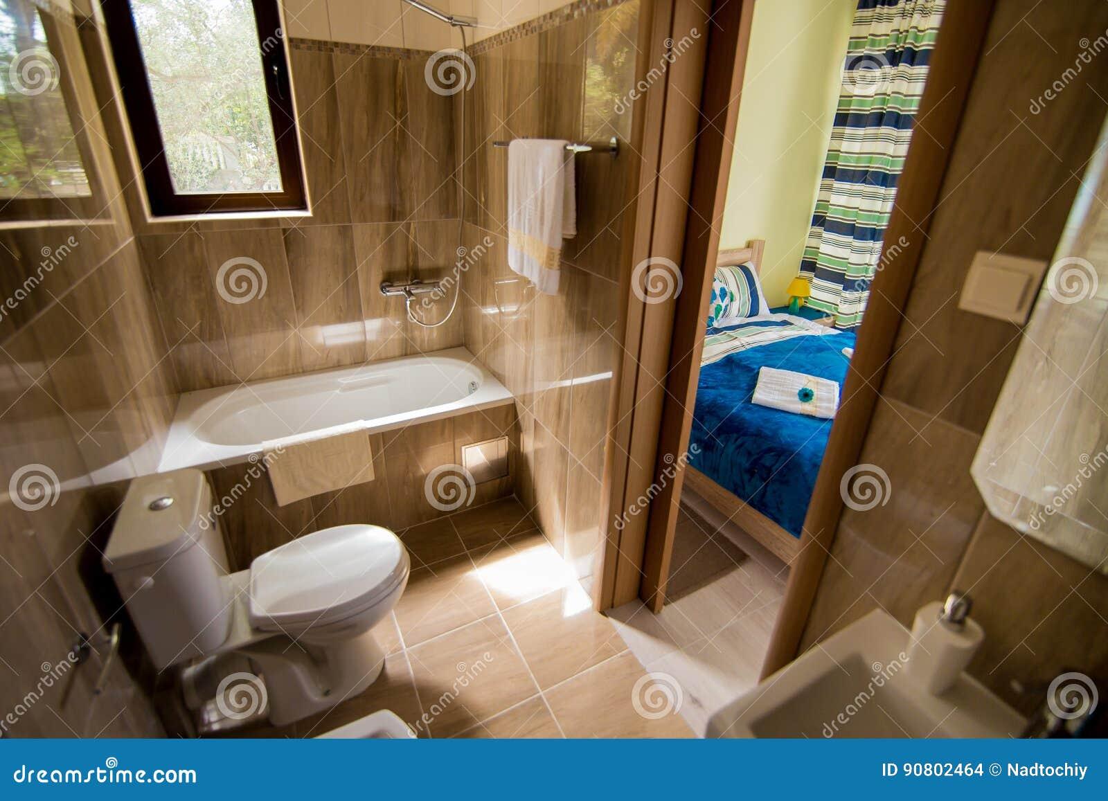 Badezimmerinnenraum Waschbecken Bidet Toilette Grosser Spiegel
