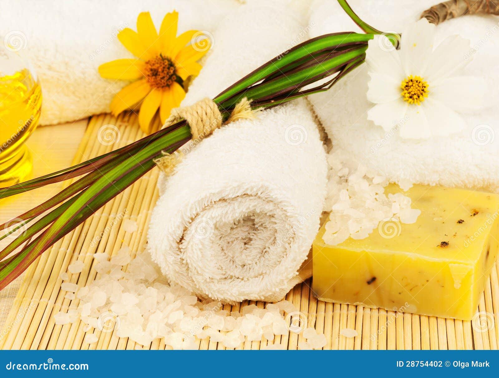 Badhanddoek met overzees zout en olie op de mat