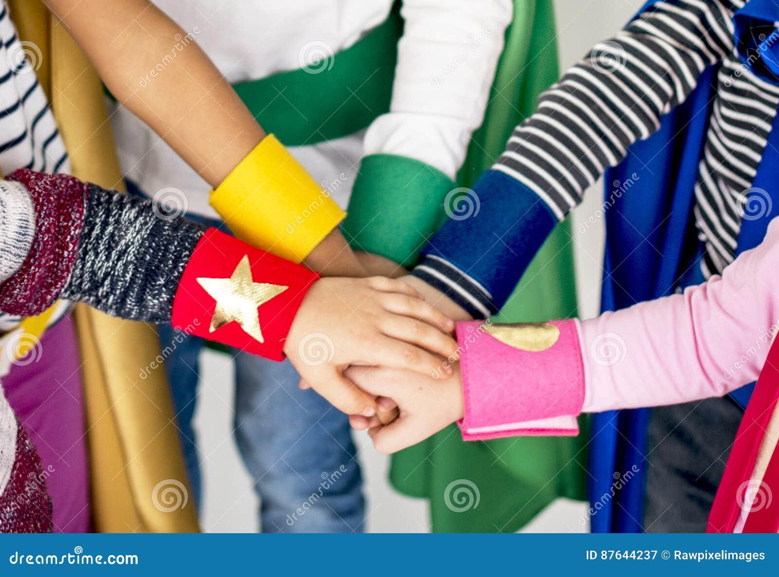 Badine ensemble le concept de mains de super héros