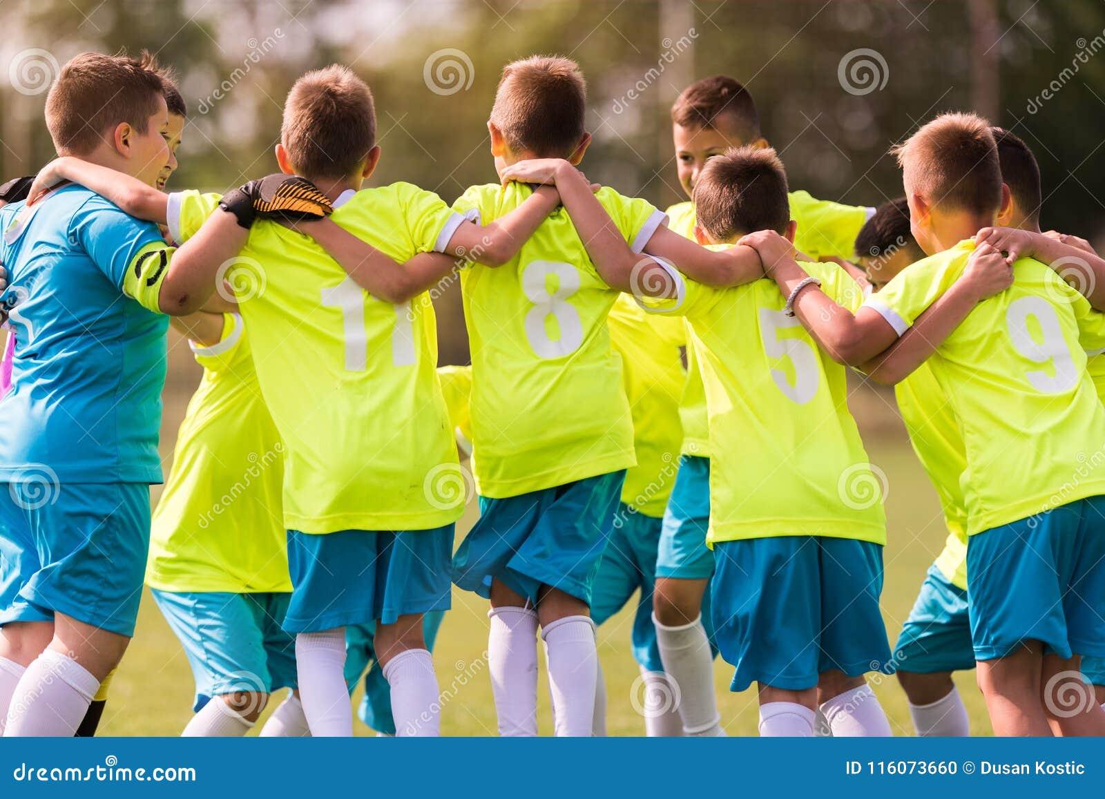 Badine le football du football - joueurs d enfants célébrant après victo