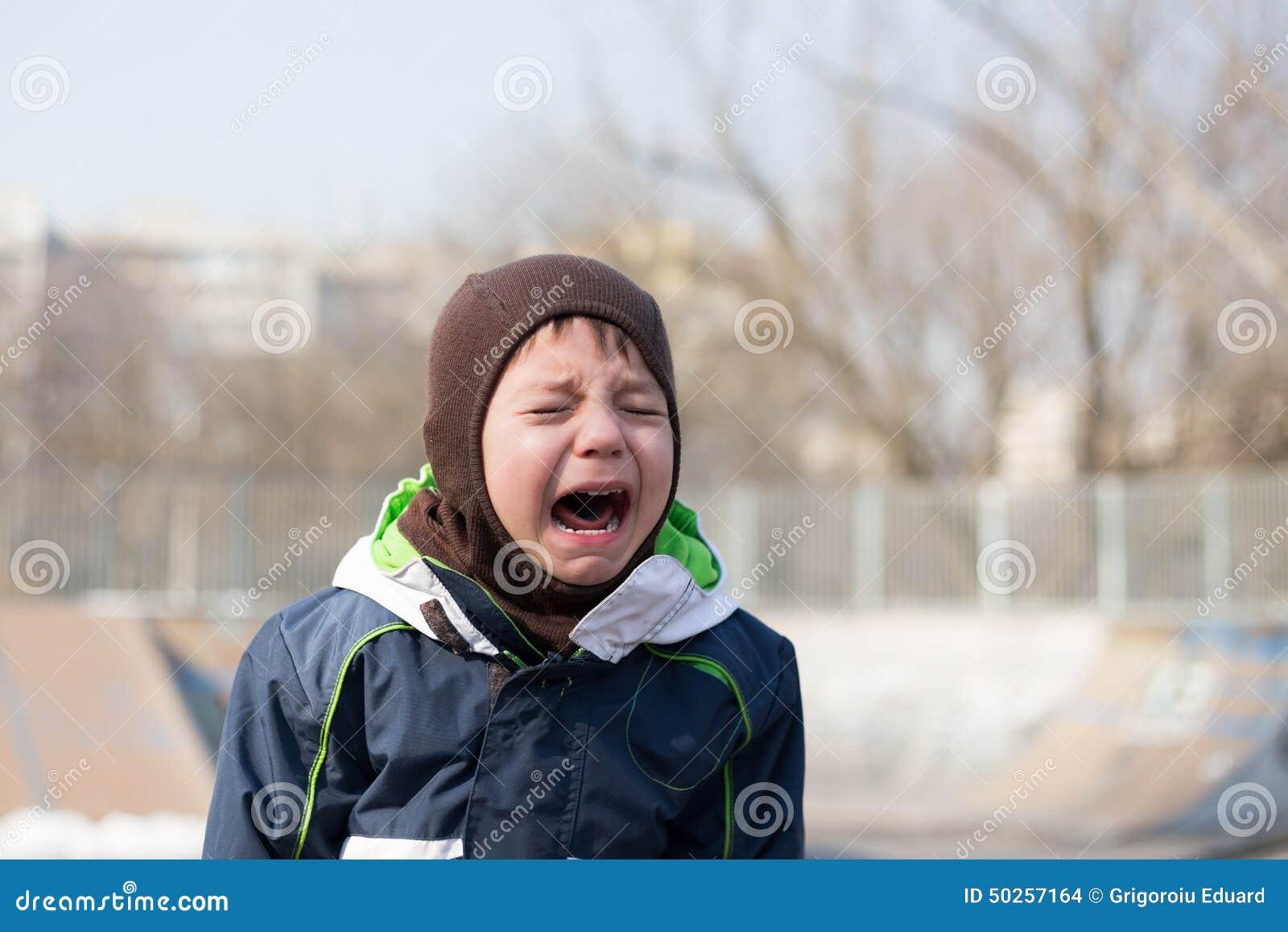 Badinez pleurer très fort dans une mauvaise humeur d humeur