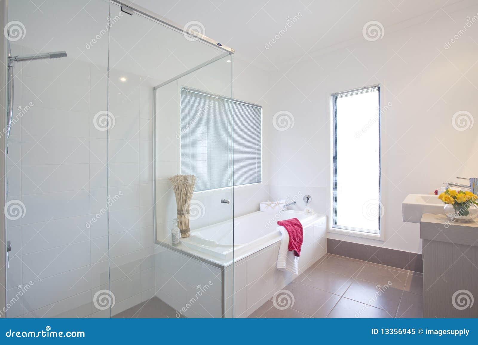 Badkamers in modern huis in de stad stock afbeelding afbeelding 13356945 - Foto modern huis ...