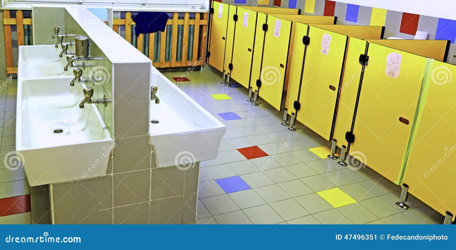 Badkamers Van Een Kinderdagverblijf Met Witte Gootstenen En Gele Toiletdeuren # Wasbak Klein_044211